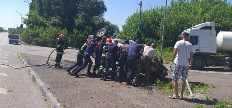 На Рівненщині внаслідок ДТП перекинувся автомобіль