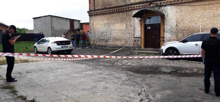 У Дубно поліцейські встановлюють особу, яка прикріпила до авто кандидата в депутати страйкбольну гранату