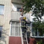 На Рівненщині чоловік випав з третього поверху і зачепився за балкон другого