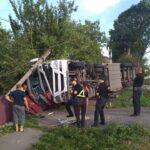 На Рівненщині вантажівка збила електроопору і перекинулась
