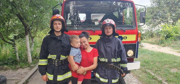 Рятувальники відкрили двері квартири в якій знаходився маленький хлопчик