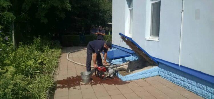 У Рівному рятувальники продовжують відкачувати воду з підвальних приміщень