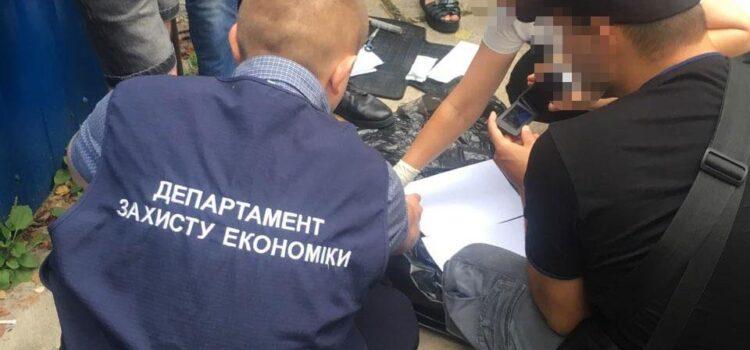 На Рівненщині на хабарі у 500 доларів США поліція затримала головного інспектора відділу управління ДАБІ
