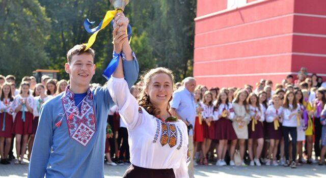 На Рівненщині перший дзвоник пролунав для 17,5 тисяч першокласників