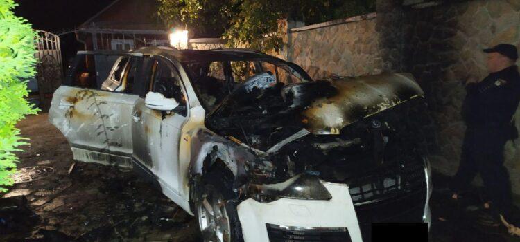 Слідчі встановлюють обставини підпалу авто у Рівному