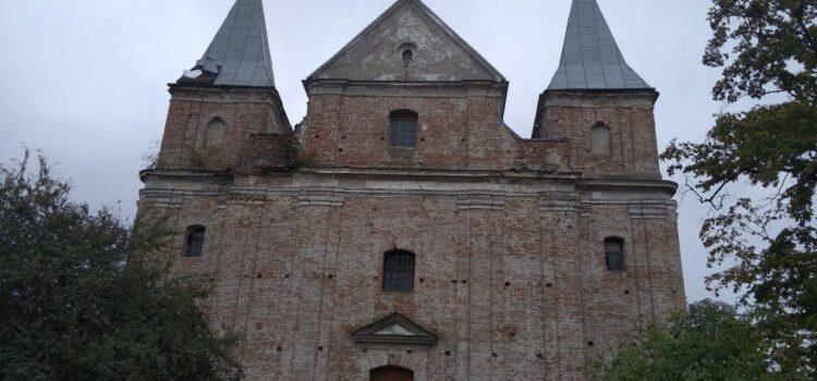 На Рівненщині в стіні Благовіщенського костелу виявлені предмети схожі на боєприпаси