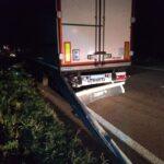 На Рівненщині вантажівка зіткнулася з відбійником