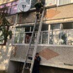 Щоб потрапити до дитини у квартиру, жінка викликала рятувальників