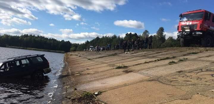 На Рівненщині з дна річки діставали позашляховик