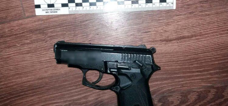 На Рівненщині  поліцейські викрили чоловіка на незаконному зберіганні наркотиків і зброї