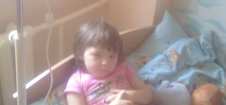 На Рівненщині дівчинка, якій медики поставили невтішний діагноз, потребує допомоги