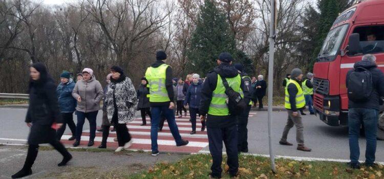Траса «Київ-Чоп» на в'їзді в Дубно частково перекрита