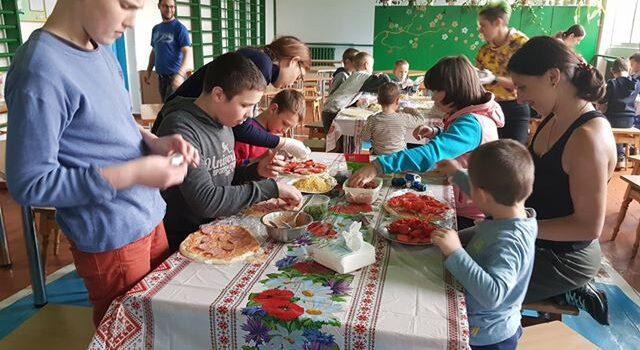У школі-інтернаті діти спробували себе у ролі піцайоли