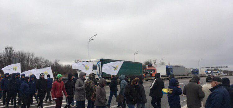 У Рівненському районі люди перекрили ділянку автодороги «Київ-Чоп»