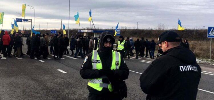 """Люди перекрили дорогу: на автодорозі """"Київ-Чоп"""" мирна акція"""