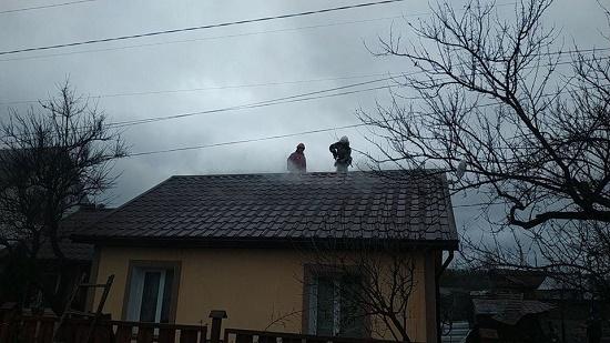 У Сарнах рятувальники з патрульними врятували жінку на пожежі