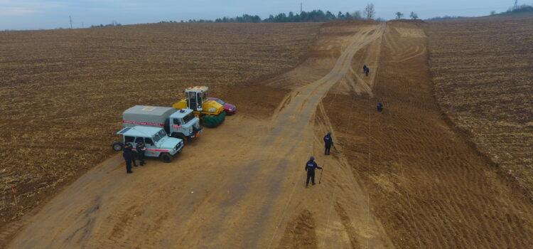 Рівненські піротехніки обстежують автомобільну дорогу державного значення на предмет виявлення застарілих боєприпасів